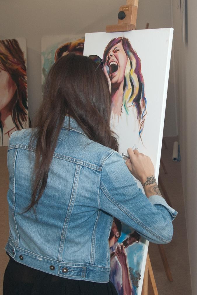 Christina Perri - Firmando su retrato / Signing her portrait